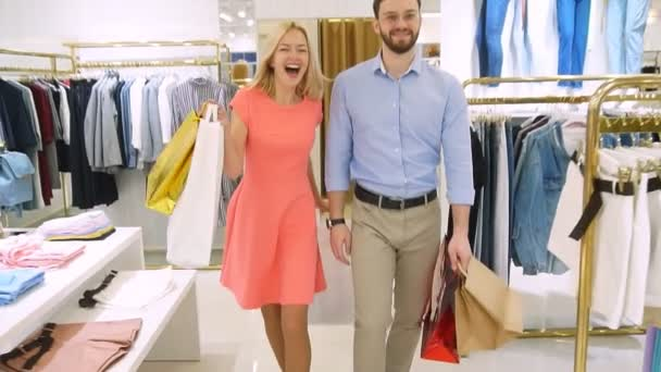 Mladá módní rodina šla nakupovat ve velkém moderním obchodě