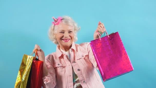 Stará stylová dáma má radost z koupě, nové módní šaty. Velký, velký prodej, černý pátek.