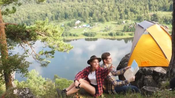 Romantikus pár, amelynek többi partján a folyó, watcging gyönyörű természet