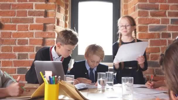 mladí podnikatelé diskutují o problémech společnosti