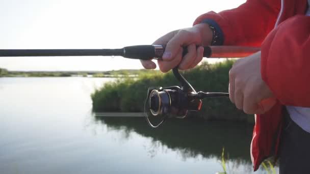 Közelkép és horgászbot. Háttér kék tó