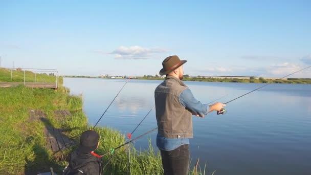 Kaukázusi felnőtt férfi áll közel kék tó és a halak.