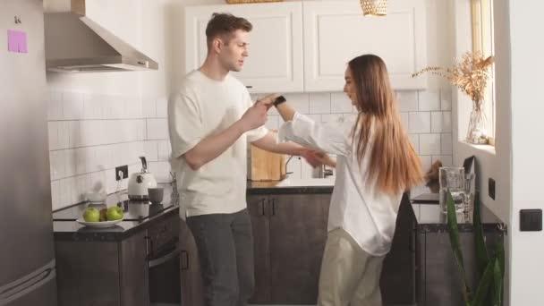Glückliches junges Paar tanzt zu Hause