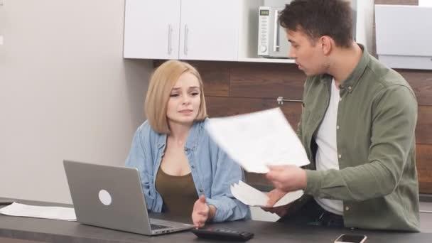 Manžel vysvětluje manželce, která má u sebe dokumenty