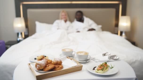 Detailní záběr lahodného croissantu a sendviče pro klienty hotelu.