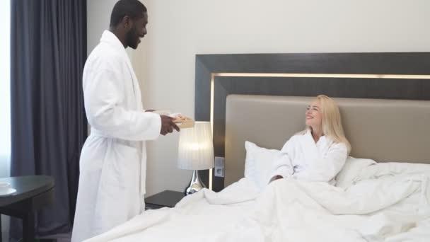 Štědrý muž přinesl snídani do postele své milované přítelkyni.