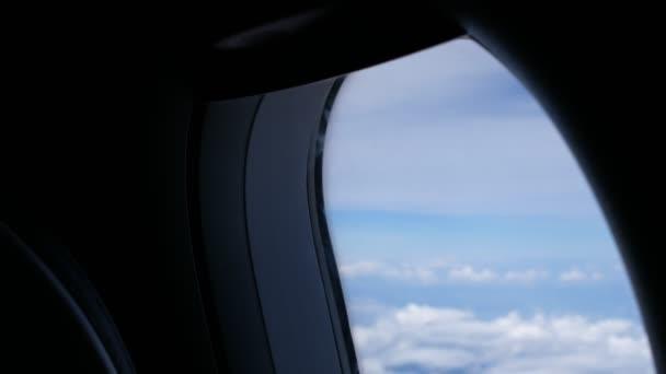 Wolken und Himmel Flugzeug gesehen durch Fenster eines Flugzeugs, fliegen,  Fensteransicht mit blauen Himmel und Wolken. Lizenzgebühren qualitativ  hochwertige kostenlos video Filmmaterial der Blick vom ...