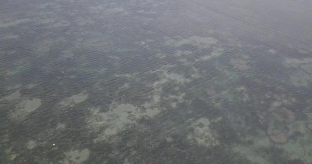 Letecký pohled na krásné mořských vln od DRONY. Video stopáže modrá barva oceán vody, vlna, mořské hladiny. Pohled shora na tyrkysové vlny, drsnosti povrchu čistou vodou. Pohled shora, úžasné přírodní pozadí