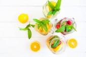 Citronáda s letní ovoce a bobule na bílém pozadí