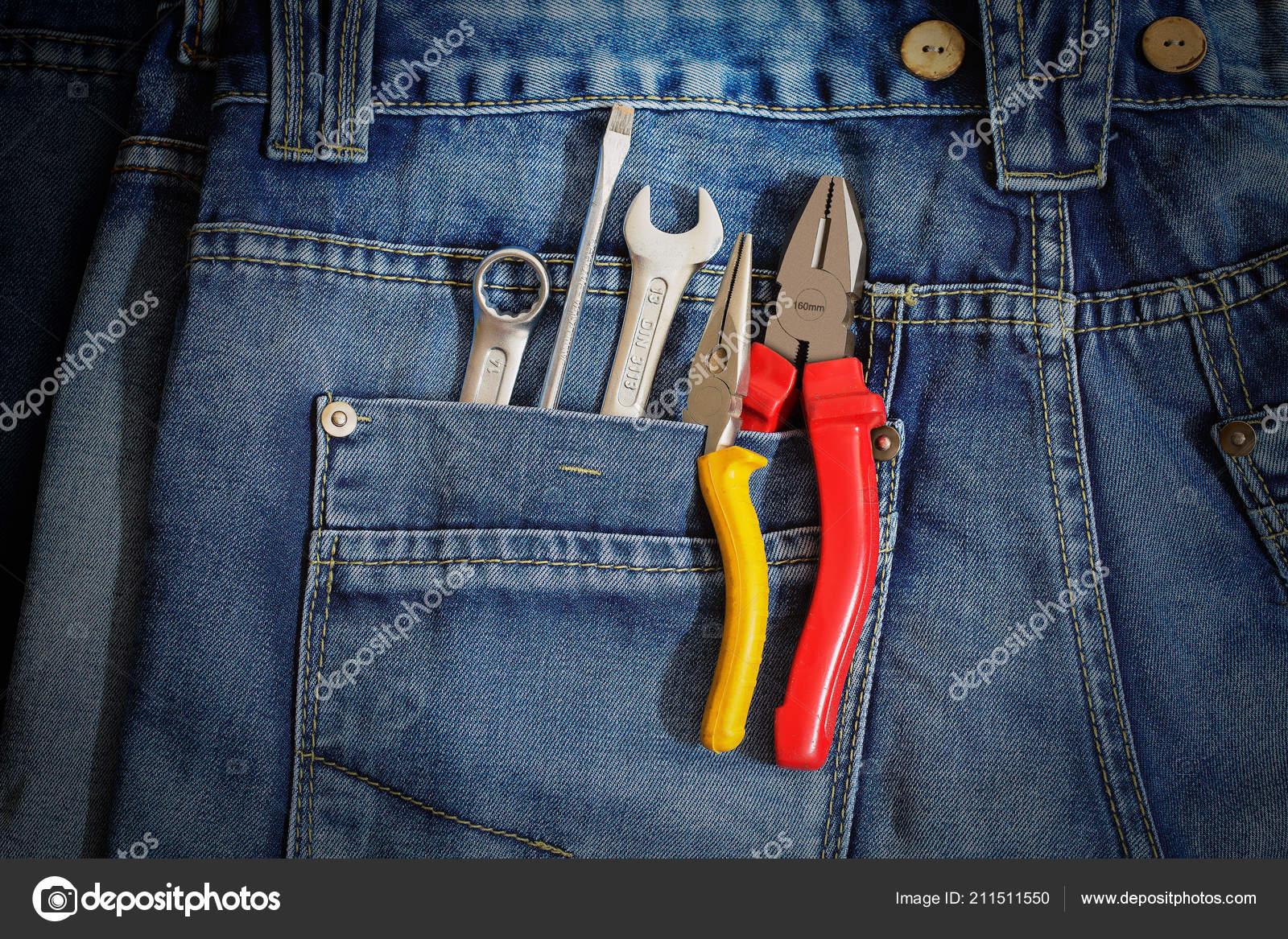 5bad70cb Várias ferramentas em um bolso de trabalhadores de jeans em tons com um app  de efeito de filtro retrô vintage instagram ou ação — Fotografia por ...