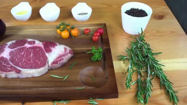 Zblízka gurmánský kuchař či kuchařka ochucení čerstvý kus deli kus hovězího masa s mořskou solí a uzemněné pikantní papriky.