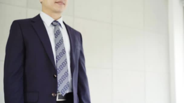 Slow motion - Handshake uzavřít dohodu po pracovní schůzce nábor. Dvě asijské jistý podnikatel třesoucíma se rukama během schůzky v kanceláři, úspěch, jednání, pozdrav a partner koncepce.