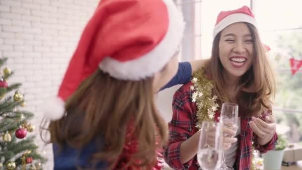 Alkohol Weihnachtsfeier.Slow Motion Feiern Gerne Asiatische Frauen Weihnachtsfeier Mit Freunden In Ihrem Büro Weiblich Weihnachtsfest Und Neujahr Feiern Mädchen Tragen Santa Hüte Alkohol Trinken Im Büro