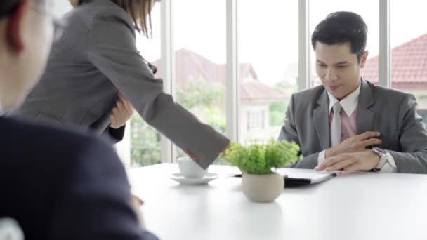 Slow motion - krásná žena tajemník dokument dát podnikatel k podpisu smlouvy, dohody a náboru koncept. Podnikatel, takže hodně.