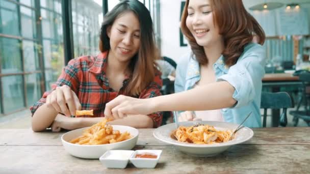 Asian lesbians eating out