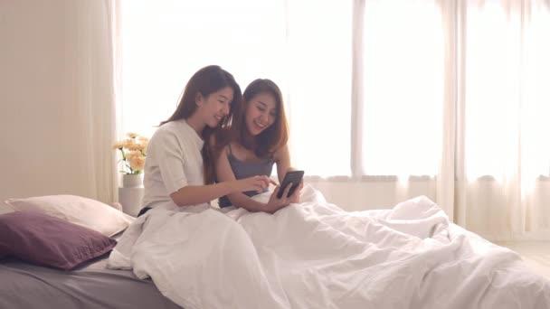 Hermosas Mujeres Asiaticas Jovenes Lgbt Lesbiana Pareja Feliz Sentado Abrazo Video De Stock