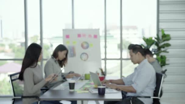 Portrét úspěšných hezký Asie Chief creative podnikatel úsměv do kamery při práci v kanceláři. Životní styl obchodní muž v jeho koncepci pracoviště