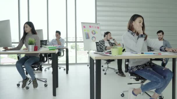 Skupina z veselý šťastný, asijské kreativní podnikání žen a mužů a baví tanec při práci v její kanceláři. Skupina lidí neformálně oblečený obchodní diskusi o myšlenky v kanceláři.