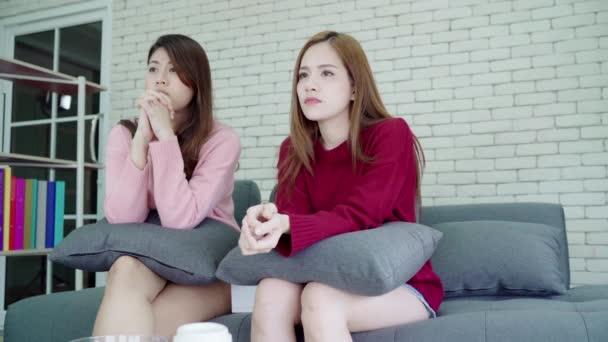 Asijské Lesbičky pár pláč při sledování drama v televizi v obýváku doma, sladký pár si romantické chvíle při ležení na pohovce kdy odpočívat doma. Životní styl pár odpočívat doma koncept.