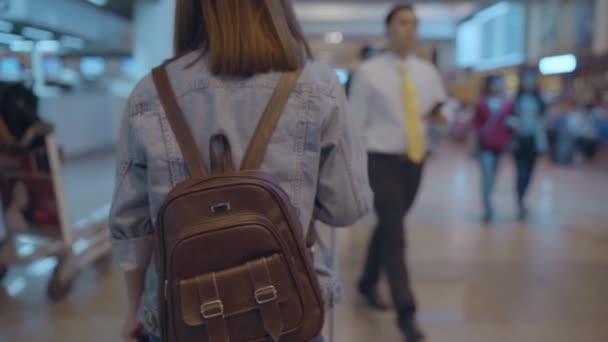 Slow motion - Happy Asijské žena pomocí vozíku nebo vozík s mnoha zavazadly pěšky v odbavovací hale a šla k nástupu letu v odletové bráně v mezinárodní letiště