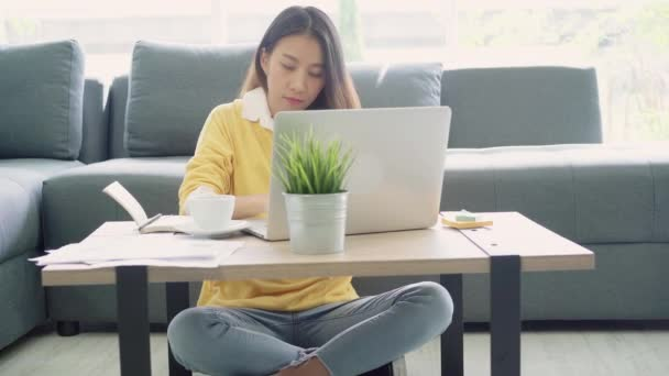 Podnikání na volné noze žena strečink její tělo, protože cítí unavený po práci na notebooku, inteligentní žena pracovat doma. Životní styl žen odpočinku po práci doma koncept.