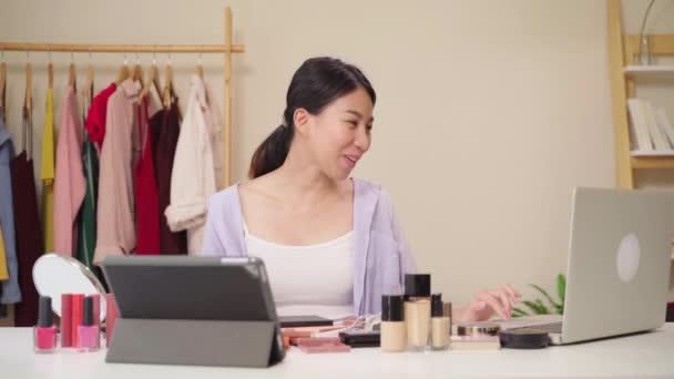 Krásy blogger otázka a odpověď od přenosného počítače sedí v přední tablet pro nahrávání videa. Šťastné krásné mladé Asijské žena použití kosmetiky recenzi tvoří kurz živé vysílání videa na sociální sítě
