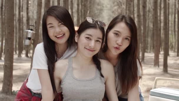 Tinédzser nő segítségével okostelefon vlog videó és él a szociális média, csoport fiatal ázsiai barátok kemping erdőben. Kalandtúra és utazás nyaralni nyaralás nyáron. Lassított lövés.