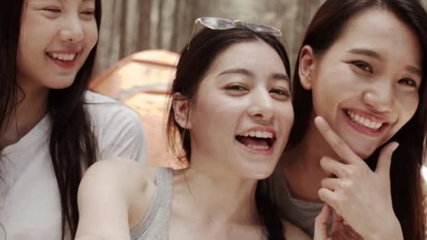 Teenager weiblich mit Smartphone Vlog-Video und leben in den sozialen Medien, Gruppe junger asiatischer Freunde campieren im Wald. Abenteuer-Aktivitäten und Reisen in den Urlaub im Sommer. Zeitlupenaufnahme.