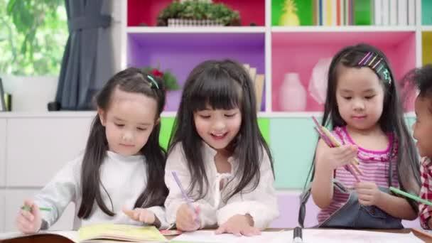 Csoport gyermekek rajz az osztályban, többnemzetiségű fiatal fiúk és lányok boldog vicces tanulmány és játék festmény papíron az elemi iskolában. Gyerekek rajza és festése az iskolai koncepcióban.