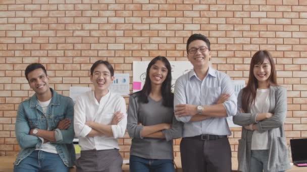 Sikeres üzletember és üzletasszony portréja Okos alkalmi viselet kamerára és mosolyra nézve, karok keresztbe téve kreatív irodai munkahelyeken. Változatos ázsiai férfi és nő együtt startup.