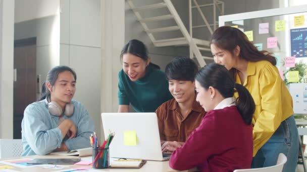 Multiraciální skupina mladých kreativních lidí v chytrých příležitostných oděvech diskutuje obchodní brainstorming setkání nápady mobilní aplikace software design projekt v moderní kanceláři. Koncept týmové práce spolupracovníků.