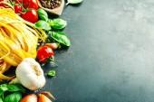 italienisches Essen Hintergrund auf dunkel