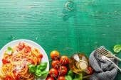 Chutná Italská Pizza s rajčatovou omáčkou a parmazánem