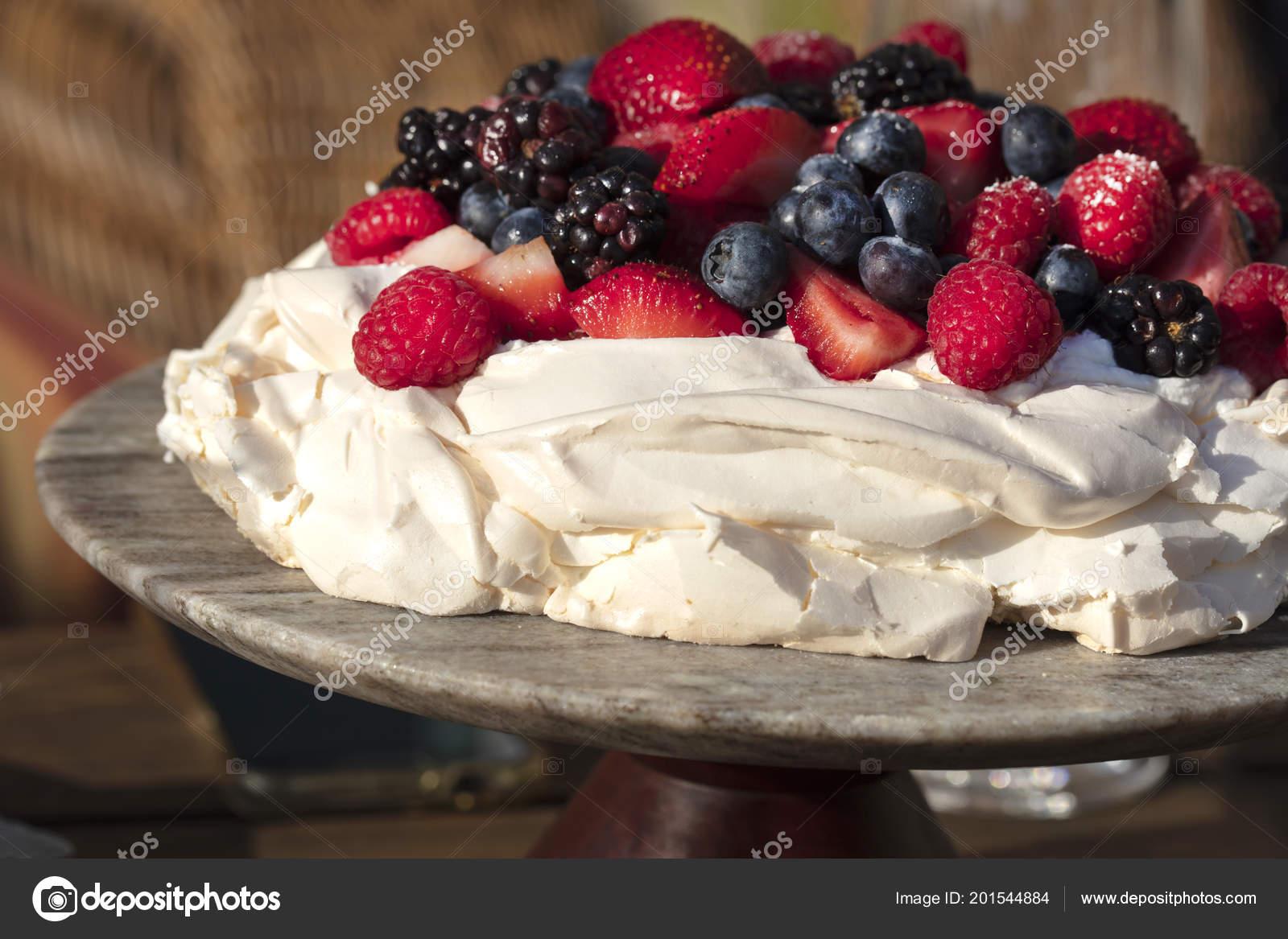 Pavlova Baiser Kuchen Dessert Mit Erdbeeren Brombeeren Himbeeren Und