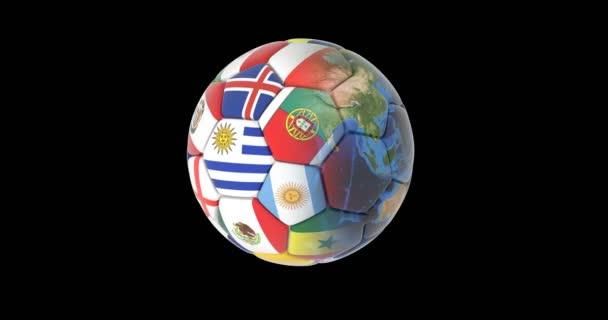 Fotbalový míč a kontinentech planety Země otáčí na černém pozadí. mapy a textury od Nasa