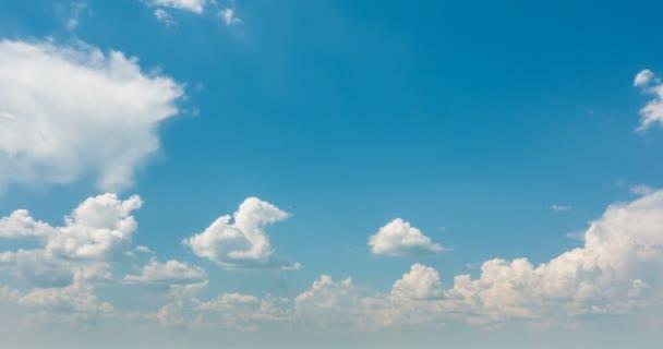 Zeitraffer schöner Kumuluswolken vor blauem Himmel