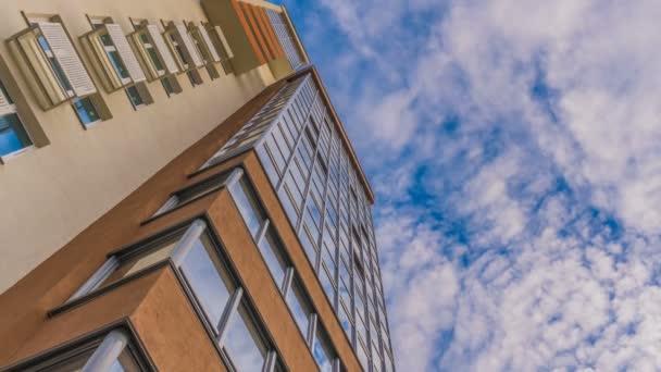 Zeitraffer-Reflexion in den Fenstern eines schönen Hochhauses