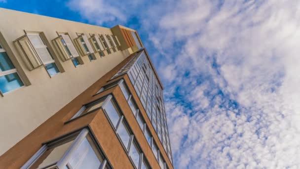 timelapse odraz v oknech krásné výškové budovy