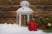 Slavnostní vánoční svíčka lampa s větve stromů a hračky na sníh