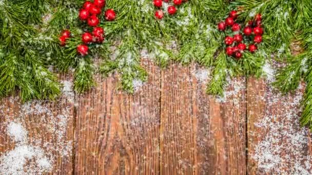 Vánoční dřevěný stůl s Silvestrovské a vánoční ozdoby a krásné sněžení, koncept novoroční reklamy a animovaná novoroční přání