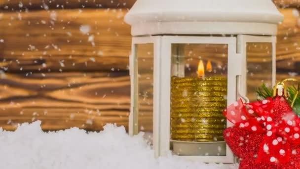 Karácsonyi dekoráció karácsony és újév és gyönyörű hóesés, az új év reklám és animált újév kártya fából készült asztal