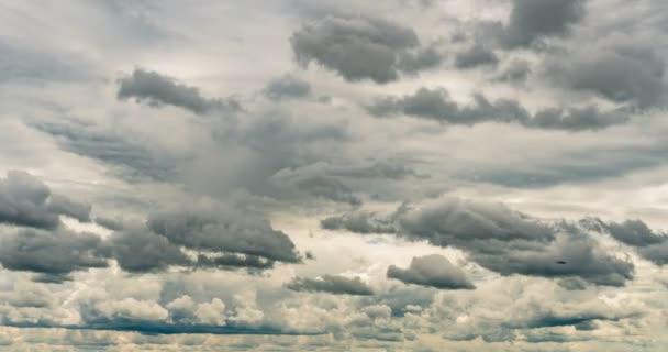 Těžká nízká zatažená obloha, odmrskané mraky času, opakování videa