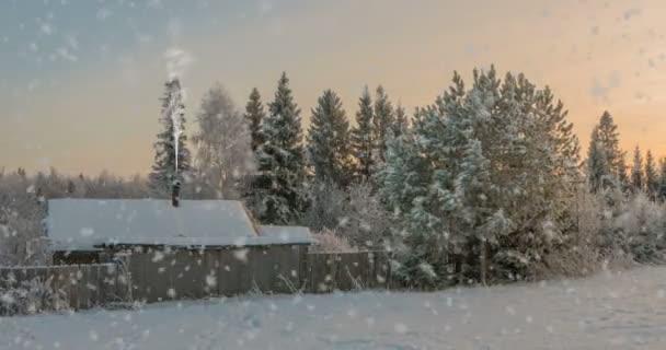 Dřevěný dům v zimním lese. Nádherná zimní krajina, krásný sníh.