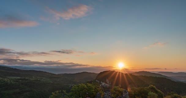 Časová prodleva mraků a východ slunce v horách, Tvorba kumulativních mraků, krásná letní krajina