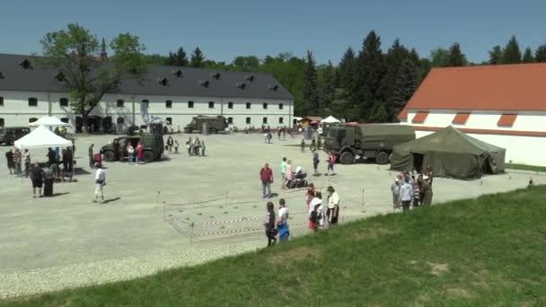 Olomouc, Česká republika, 5. května 2018: vojenský den armády ČR, ukázky vojenské techniky, zbraně, zbraně a různé aktivity pro lidi, vojáci v uniformě