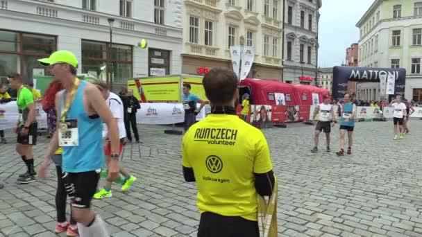 Olomouc, Česká republika, 23 června 2018: 9. půl maraton Olomouc, cena obřadu a medailí, oceněný muži sportovci každý běžec závodník, který dokončí závod je vítěz