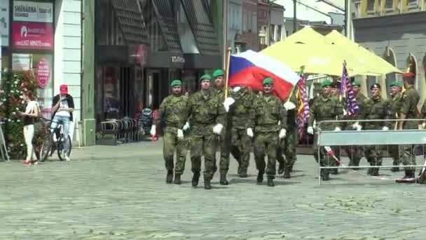 Olomouc, Česká republika, 29 června 2018: Je ozbrojené vojáky elitní armády České republiky se blíží náměstí, vlajku a státní znak České a vlajka armády, vojáci v uniformě