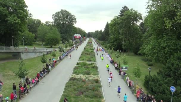 Olomouc, Česká republika, 23 června 2018: Half Marathon závod běh Olomouc 9., trať v centru města v parku Smetanovy sady letecký záběr, elitní běžci z Keni, Etiopie, Francie, Ukrajina, Česká