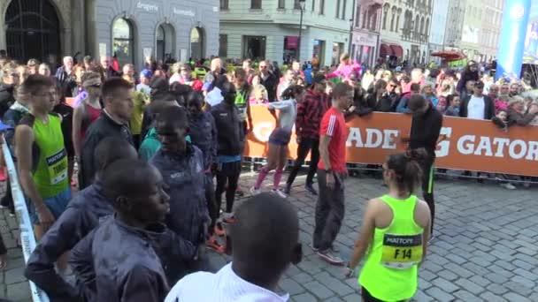Veřejná prezentace elitních běžců před začátkem závodu půlmaratonu v Olomouci, celebrit Keni a Etiopie Stephen Kiprop, Abel Kipchumba, Kikina Kiprop Kiptis, Kenneth Keter, Česká