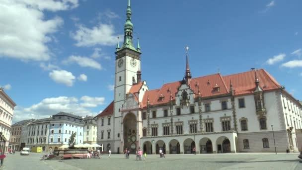 Olomouc, Česká republika, 5. července 2018: Radniční věž a historické budovy v Olomouci a na orloj, Horní náměstí, lidé go a drive auto